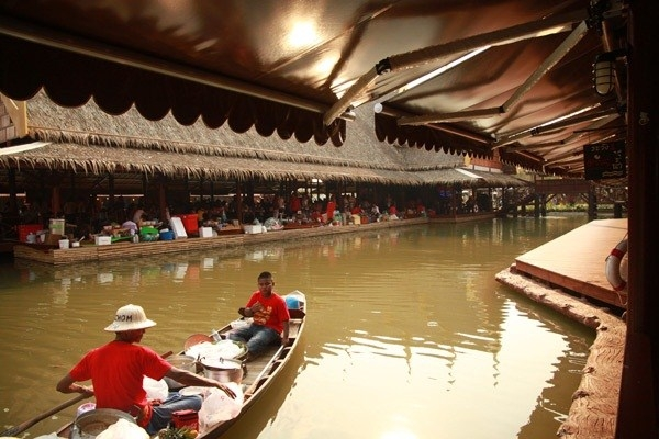 Thungbuachom Floating Market